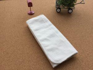 二度使えるパンティライナーを折りたたむ 布ナプキン 札幌